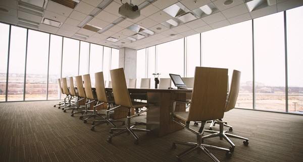 """כשמנהל מפחד מהמנכ""""ל שלו בחדר הפגישות"""
